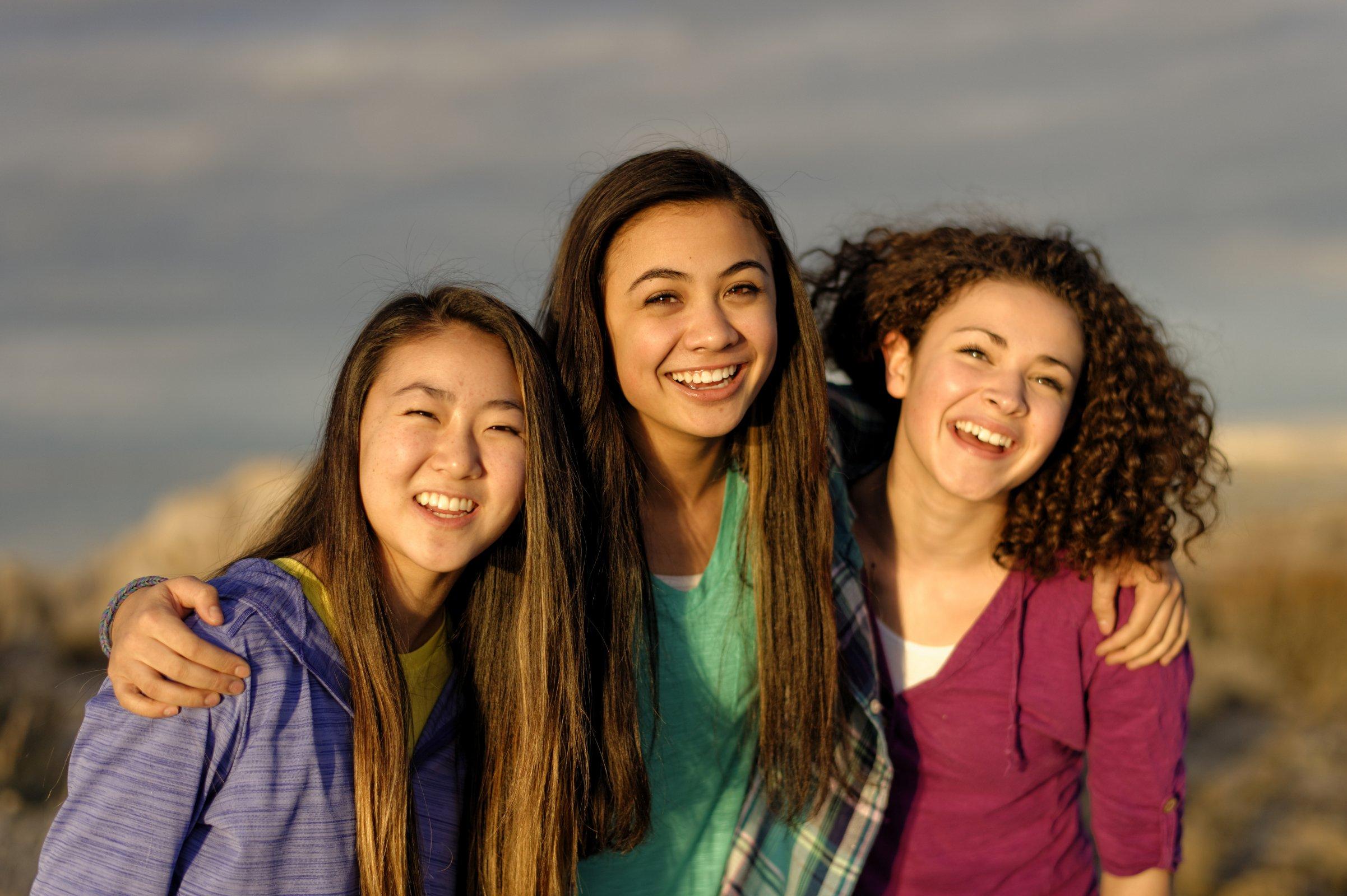 girls-camp-antelope-island-beach-woman-young-women-1246748-wallpaper