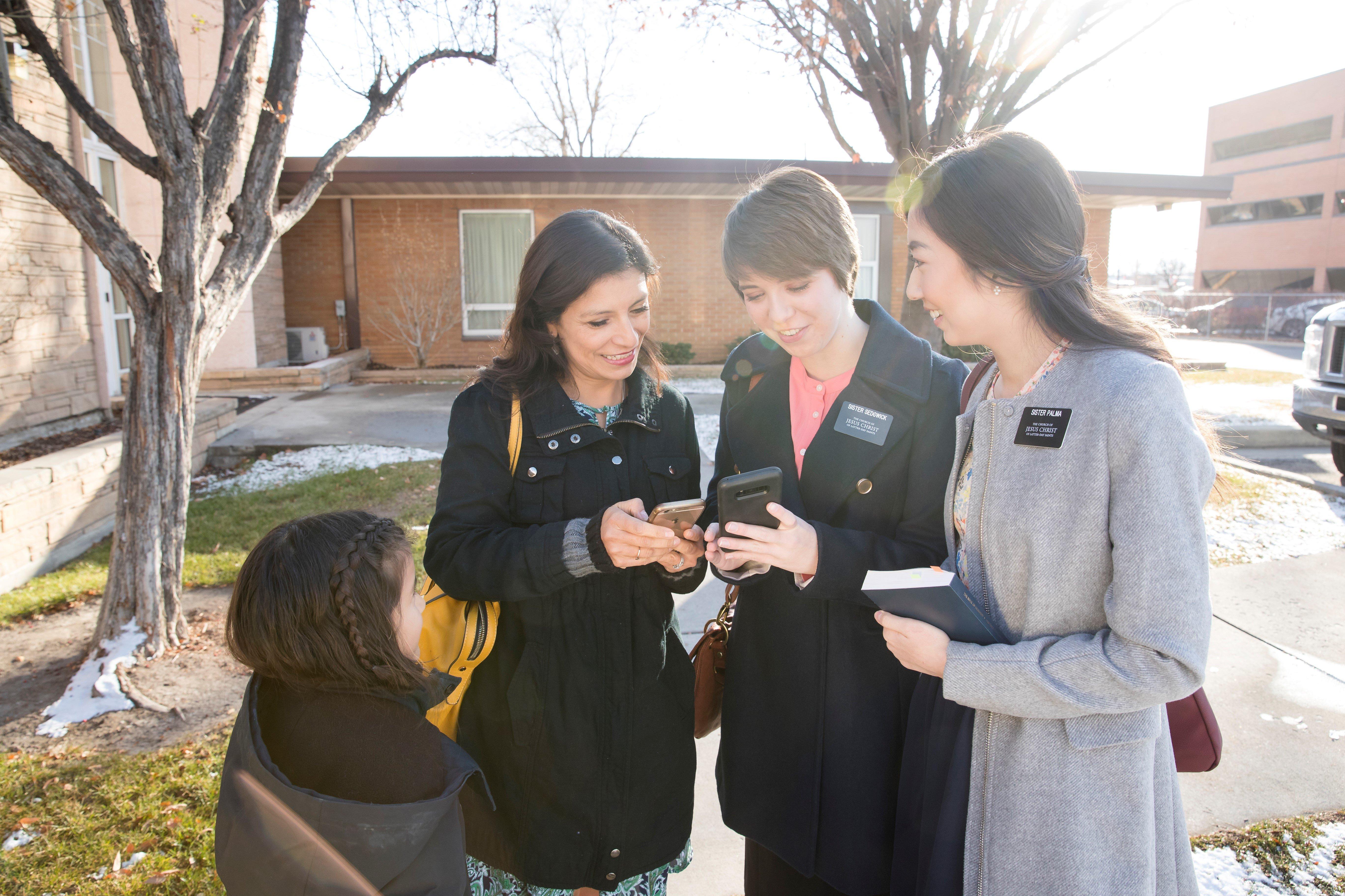 latter-day-saint-female-missionaries