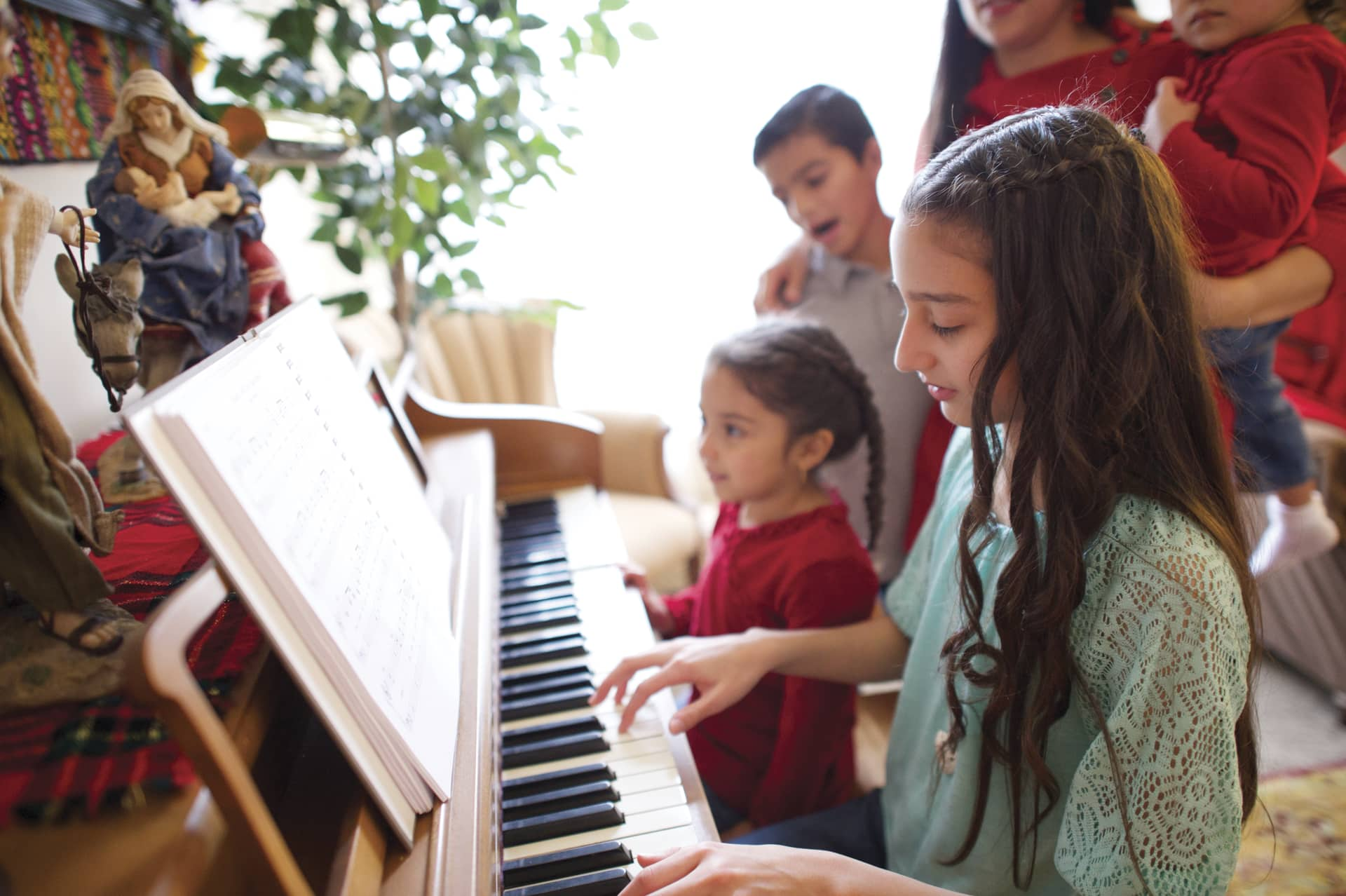 family_playing_piano-min